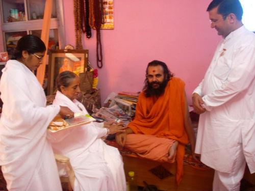 Swami Narendranand Sarswati Ji Maharaj ko Rakhi Bandhate huye BK Surendra Didi  Ji Zonal Director BK Durga ben & Bro