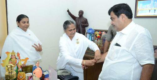 Brahmakumari Sisters Tying Rakhi to Central Roads & Transport Minister Bro.Nitin.Gadkari ji in Nagpur