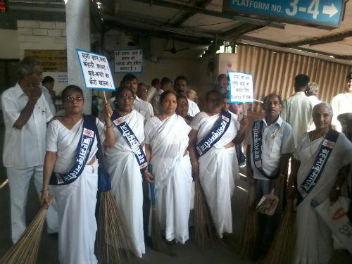"Brahmakumaris Clean 'Mumbai's Dadar Railway Station ' Under ""Swachh Bharat Mission"""