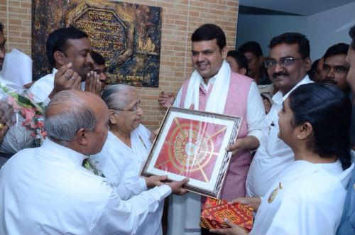 महाराष्ट्र के मुख्य मंत्री 'देवेन्द्र फड़नवीस' ब्रह्माकुमारिज़ के विदर्भ ज़ोन की संचालिका  'पुष्पा दीदी जी ' से आशीर्वाद लेते हुए और ज्ञान के वरदान प्राप्त करते हुए।